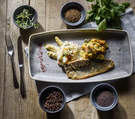 Spargelragout mit gebratenem Forellenfilet und Bratkartoffeln